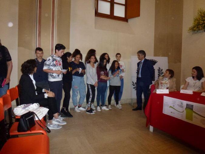 Il Preside Marzio Rivera con i ragazzi delle scuole di Volpedo