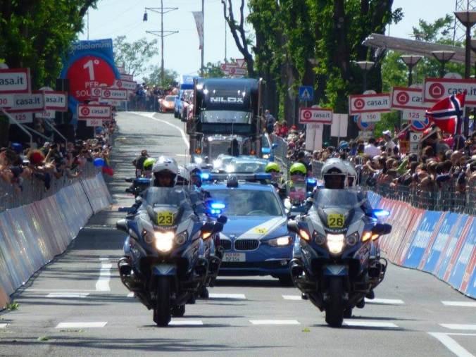 Tortona 19 maggio 2017. L'arrivo del carrozzone del Giro d'Italia