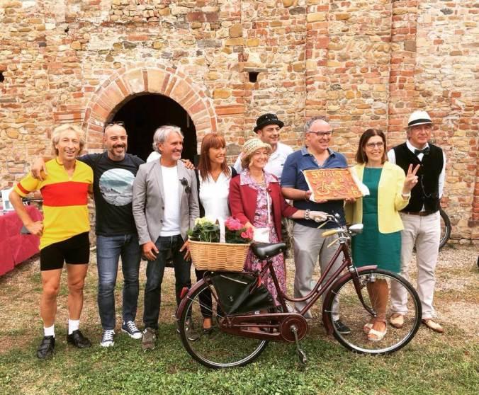 Foto di gruppo davanti alla Pieve di Viguzzolo