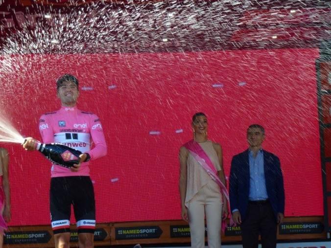 La maglia rosa Tom Dumoulin a Tortona