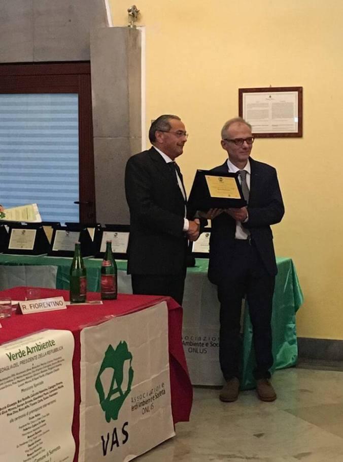 Giovanni Battista Polentes titolare della ditta pierre trattori ritira il premio Verde, ambiente e società