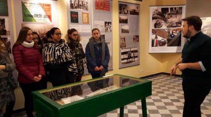 Marcello Vaccari guida gli studenti del Marconi Carbone alla mostra su Ernesto Cabruna