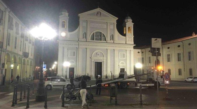 Un carro attrezzi rimuove un auto in divieto di sosta in piazza Duomo a Tortona