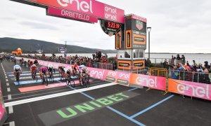 Giro 102 – Vittoria con delitto ad Orbetello, domani l'arrivo a Frascati