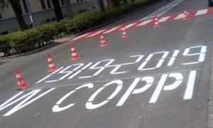 Con strane scritte inneggianti a Coppi, Tortona si prepara alla Tappa del 22 maggio