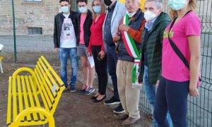 Il significato della panchina gialla Helpis contro il bullismo a Casalnoceto, la prima in Piemonte
