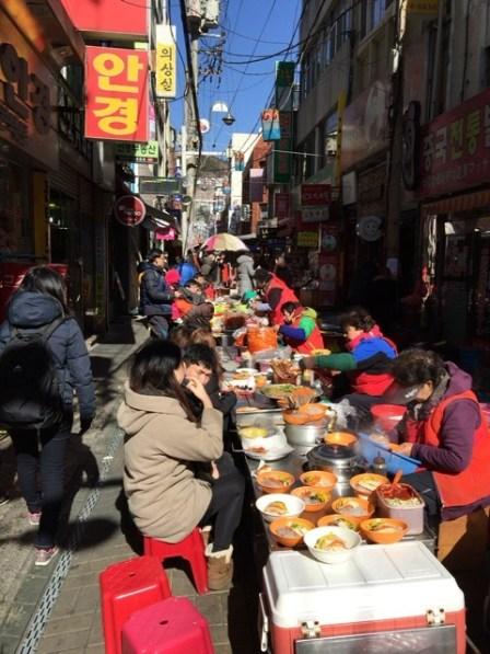 国際市場、露天で食事
