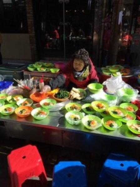 国際市場、露天で食事2