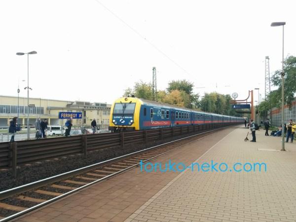 ハンガリーの電車の様子 FERIHEGY という駅に電車がやってくるところの写真 画像。