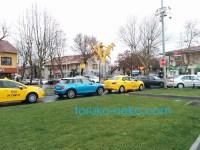 トルコ イスタンブールで みぞれが降っているときの写真 芝生 水色のBMWミニ・クーパー、黄色のタクシーなどが見えている画像