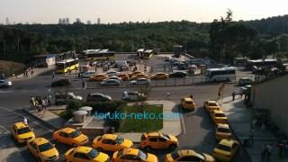 イスタンブールのタクシーが輪のようになって列を成している写真手前に黄色いタクシーが13台あり、奥には、バスも見える
