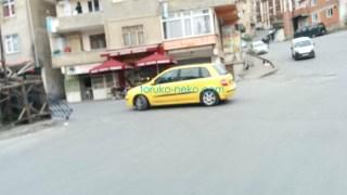 イスタンブールでタクシーでないのに、黄色い色の車が一台写っている写真 画像