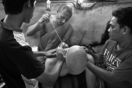 Monges durante o ritual da Sak Yant