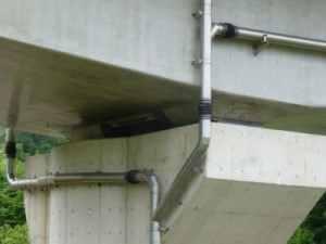 経年写真 橋梁用排水管で横引きと左右の合流部含む