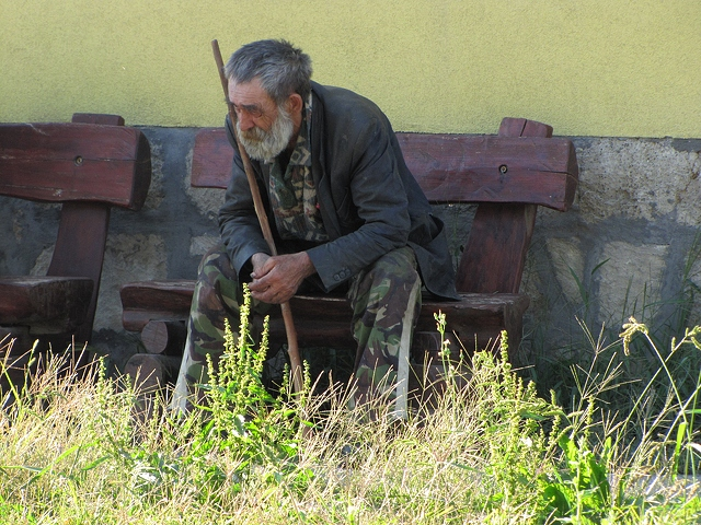 old-man-sitting-on-bench-4000x3000_96335