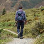 リュックを背負ってハイキングをする男性