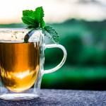 透明なグラスの紅茶