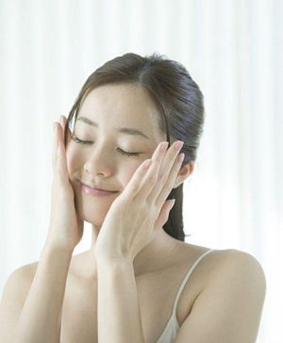咽喉頭異常感症の鍼灸治療を受けた後の女性イメージ