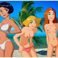 "Girls from ""Totally spies"" taking off their clothes on the beach... and Sam is the winner!"