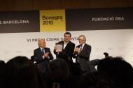 Paco Camarasa anuncia l'obra guanyadora: 'Puta Pasta'. Emili Bayo, el seu autor, recull el premi de mans de l'alcalde Xavier Trias i Ricardo Rodrigo, president del Grup RBA.