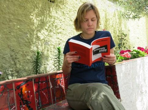 L'amiga Berta Ballester llegint Estimada vida.