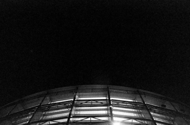 Olympus OM-1で撮影した白黒フィルム写真(国立新美術館のガラス壁)