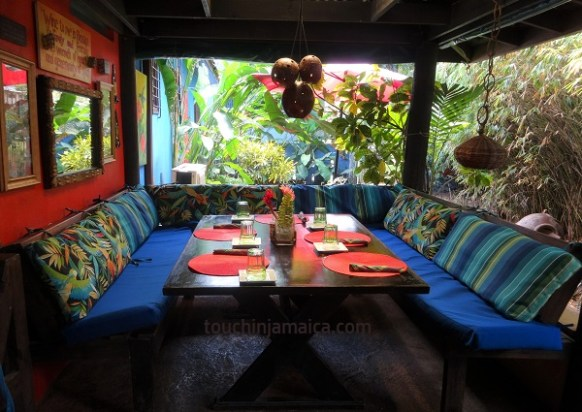 Mrs. T's Kitchen in Ocho Rios ist farbenfroh, originell und gemütlich eingerichtet.