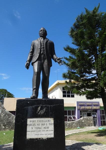 Eine Statue des ersten Nationalhelden jamaikas steht an der Parish - Bibliothek in St. Ann's Bay auf Jamaika.