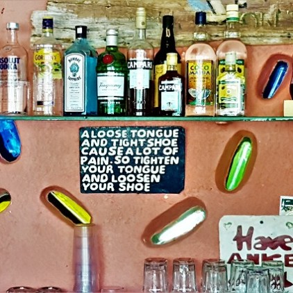Jamaican Proverb an der Bar im Jake's in Treasure Beach Jamaika.