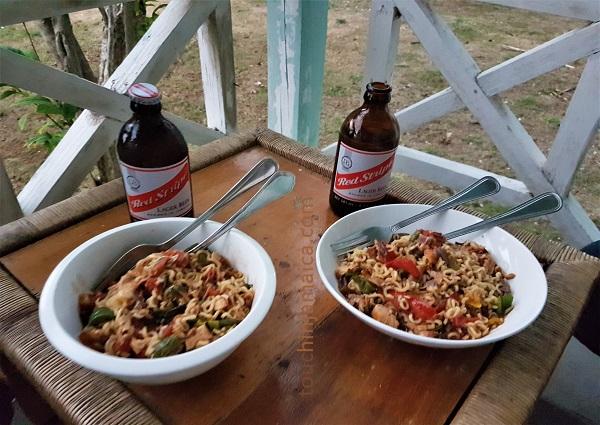 Aus einem Rest Jerk Chicken, einem Paket Instantnudeln und frischem Gemüse vom Markt lässt sich ein leckeres Abendmahl zaubern! Selbstversorger auf Jamaika? No Problem!