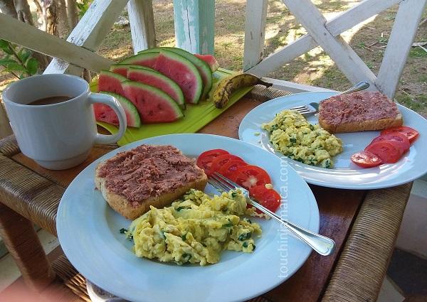 Corned Beef auf Toast,Rührei und Tomaten. Dazu frische Früchte und Blue Montain Coffee. man lebt nicht so schlecht als Selbstversorger auf Jamaika!