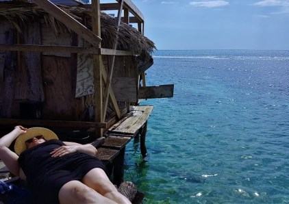 Chillen in einer Bar auf dem Meer in Jamaika.
