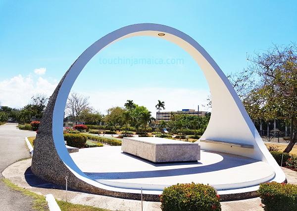 Der erste Premierminister des freien Jamaika, Alexander Bustamante, ist im National-Heroes-Park in Kingston begraben.