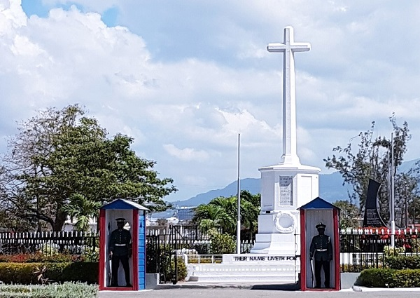 Die Wachablösung am Eingang des National Heroes Park in Kingston findet zu jeder vollen Stunde statt.