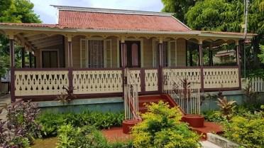 Stadtrundgang in Falmouth/Jamaika - Haus mit deutschen Laubsägearbeiten