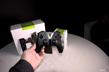 Skutočnou novinkou nového modelu je vynovený gamepad. Má vibračnú odozvu a vždy zapnutý mikrofón. Môžete si ho kúpiť aj samostatne