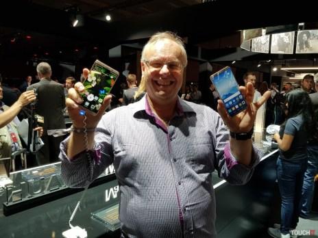 Huawei Mate 10 v ľavej ruke (z pohľadu fotky) a Mate 10 Pro v pravej ruke