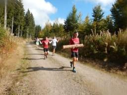 Hindernislauf Baden-Württemberg, Rothaus Mudiator Run 2015, Hindernis Baumstamm tragen