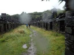 Rat Race Man vs. Mountain, Hindernislauf Wales, Abandoned Village