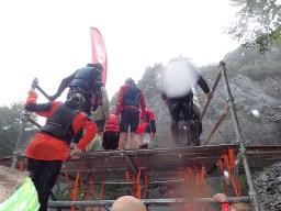 Rat Race Man vs. Mountain, Hindernislauf Wales, Hindernis Quarry Jump im Regen