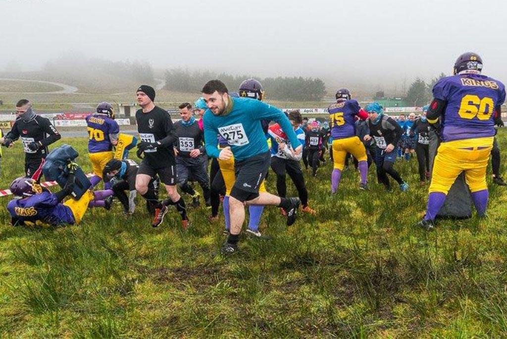 MacTuff, Hindernislauf Schottland, Hindernis Footballspieler