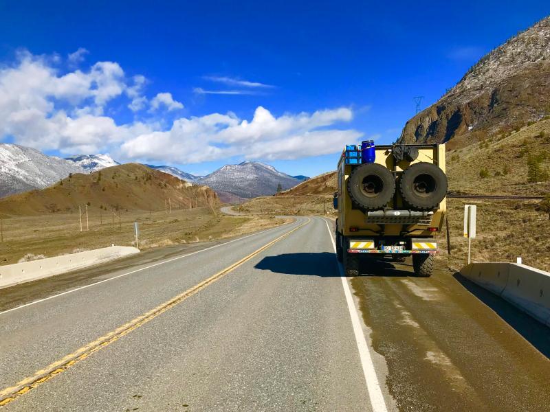 Kanada-roadtrip-Unimog-auf-Straße