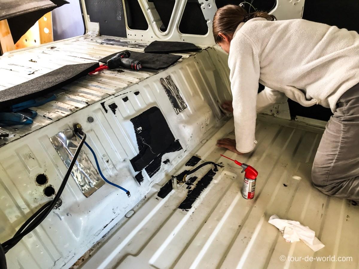 Reinigung des Innenraums vom VW T3 Weltreisemobil.