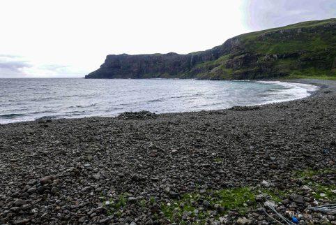 plage de galets noirs
