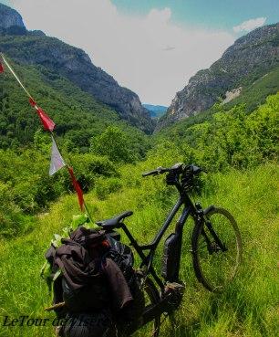 Magnifique sentier menant au col de Mezelier, et offrant une vue sur les contreforts du vercors.
