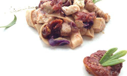 Φρέσκιες Παπαρδέλλες με μπουκιές κοτόπουλου,κόκκινο λάχανο,λιαστές τομάτες και φέτα
