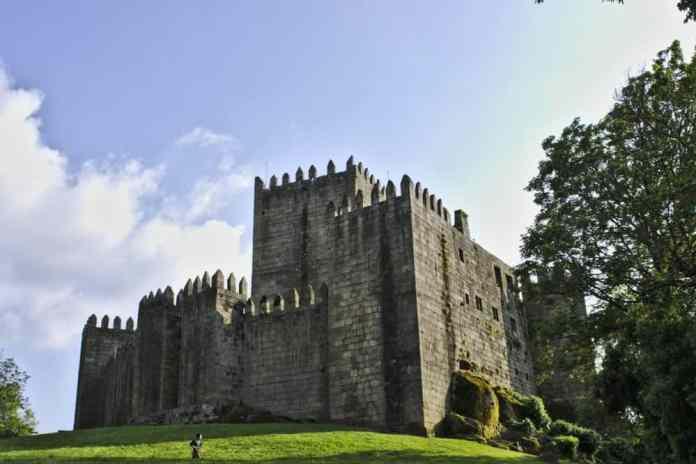 kasteel guimaraes halfbewolkt
