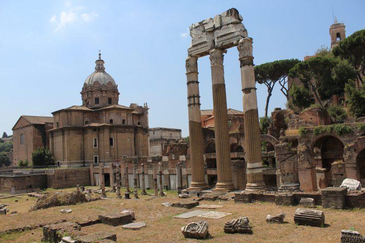 Des ruines romaines au centre de Rome en Italie