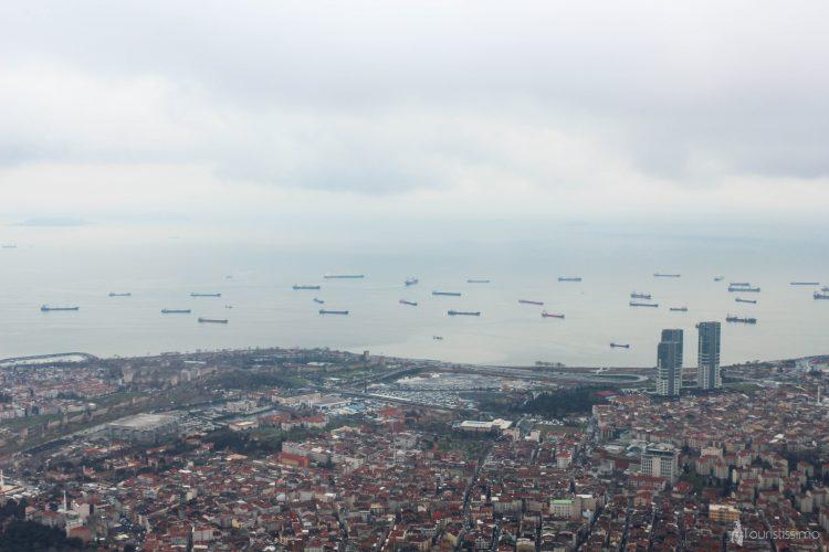 Des cargos sur le Bosphore à Istanbul
