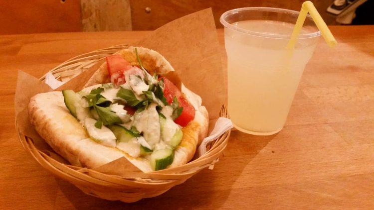 Sandwich-au-Hummus-et-aux-légumes-pain-pita-maison-accompagné-dune-citronnade-chez-Soum-Soum-à-Paris-4e-arrondissement